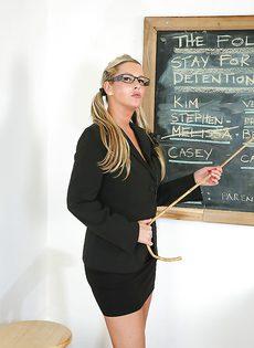 После уроков учительница с огромными сиськами развлекается в классе - фото #