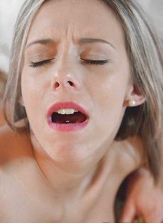 Шикарную девушку после минета поимел в бритую вагину - фото #