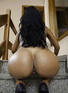 На ступеньках устроила развратное соло бразильская красотка - фото #