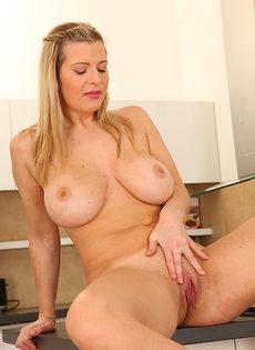 Очаровательная женщина с большой грудью устроила мастурбацию - фото #