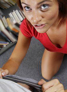 В библиотеке молоденькую студентку по-быстренькому трахнули - фото #