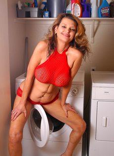 На стиральной машине старуха мастурбирует влагалище - фото #