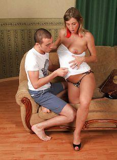 Прилег на мягкий диван с беременной любимой девушкой - фото #