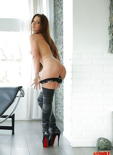 Длинноногая девушка в сапогах демонстрирует свое сногсшибательное тело - фото #