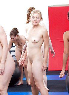 Спортом занимаются совершенно обнаженные девахи - фото #