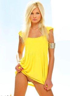 Стройная длинноногая блондиночка с бритой киской