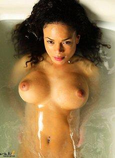 Горячая штучка позирует голая в ванне
