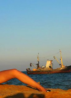 Морячка Ирина теребит руками пизду