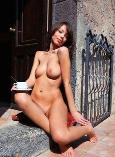 Великолепная эротичная девушка кончает на улице