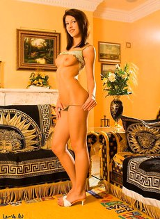 Стройная длинноногая красавица покажет свои интимные места!