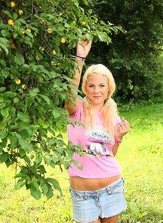 Голая блондинка мастурбируе в лесу