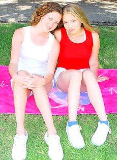 Две подружки обнажились в парке