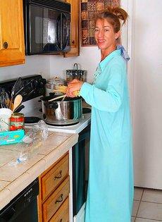 Девушка 40ка лет раздевается на кухне