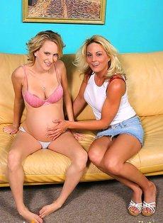 негр трахает беременную женщину и её подружку