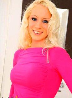 Блондинка позирует на камеру