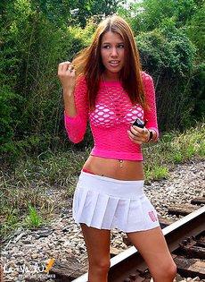 Девушки позируют на железной дороге