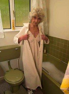 Бабулю застали в ванне