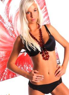 Страстная блондиночка с приятными формами!