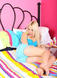 Блондинка раздевается на своём диване