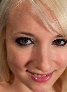 Блондинка и её механический самотык