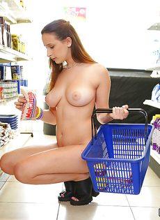 Девица с большими сиськами покупает продукты совершенно голой