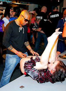 Парни изо всех силенок трахают красивых девчушек на пьяной вечеринке