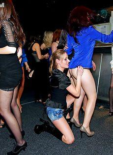 Красивые пьяненькие девушки трахнулись на пати