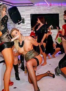 Девушки получили море удовольствия от группового секса