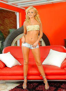 Голенькая превосходная блондиночка Ивана