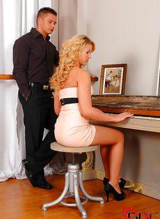 Паренек не удержался и кончил очаровательной блондинке в ротик