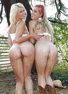 Очаровательные блондинки на природе устроили зрелищное шоу