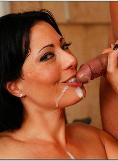 После страстной ебли женщина пробует сперму на вкус
