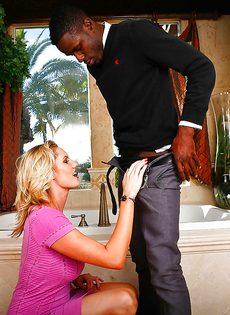 Дамочка с удовольствием отдалась африканскому парню