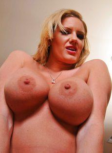 Большие сиськи зрелой блондинки Zoey Holiday