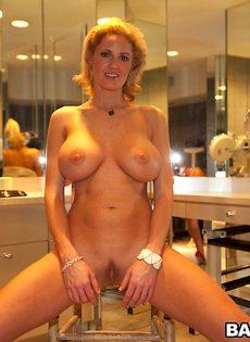 Эта аппетитная женщина любит демонстрировать свои прелести