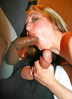 Зрелая блондинка пытается удовлетворить мужиков своим ротиком