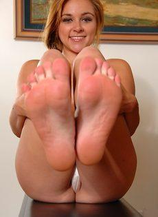 Привлекательная молодка с красивыми ножками