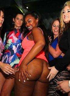 Вечеринка с красивыми и известными порно актрисами