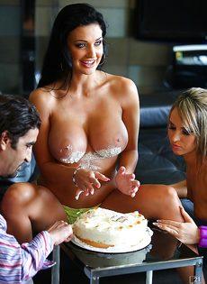 Парень развлекается с двумя сексапильными девушками