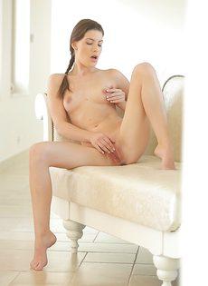 Чувственная мастурбация от женственной брюнетки