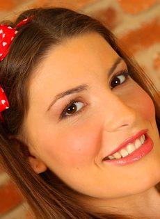Соло молоденькой девушки с красивой улыбкой Zena Little