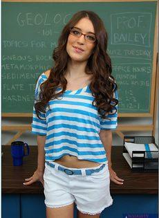 Озорная студентка в очка (Zarena Summers) раздвигает ножки