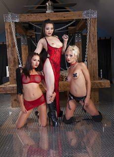 Две сексуальные девушки в эротических нарядах