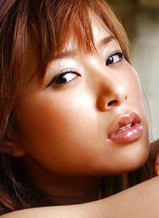 Миниатюрная азиатская девушка с небритой киской