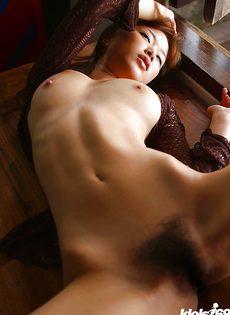 Тоненькая азиатка расставила ноги и показала мохнатую щель