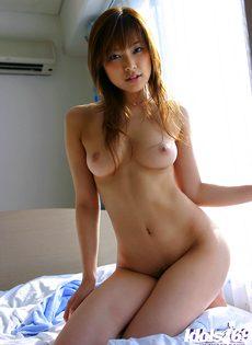 Застенчивая японская телка с красивой упругой грудью