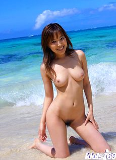 Эротическое соло сексуальной азиатки на пляже