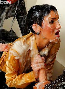 Порно девушка с резиновой членам — pic 2