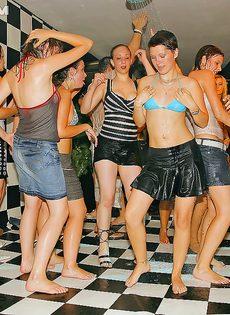 Пьяные телки расслабились на вечеринке в клубе