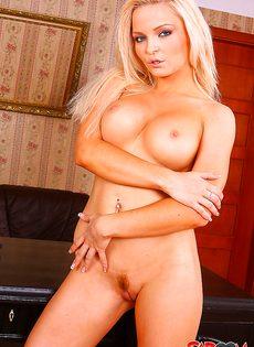 Совершенно голая блондинистая красавица